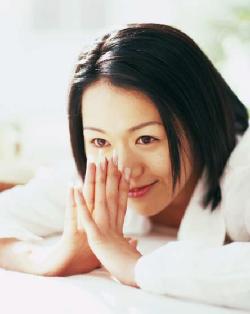笑顔で祈る女性